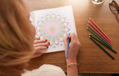 10 zelo dobrih razlogov, zakaj bi morali tudi odrasli redno barvati