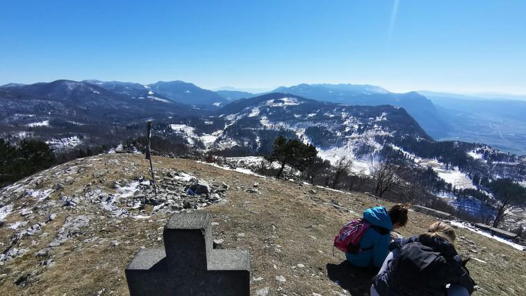Sinji vrh - čudovit razgled po Vipavski dolini in vse tja do Benetk in Istre (foto: DDD)