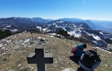 Sinji vrh - čudovit razgled po Vipavski dolini in vse tja do Benetk in Istre