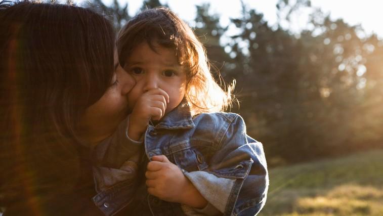 Otrok vam ne bo povedal, da čuti tesnobo, a bo to morda pokazal na TA način – pravočasno prepoznajte znak! (foto: Profimedia)