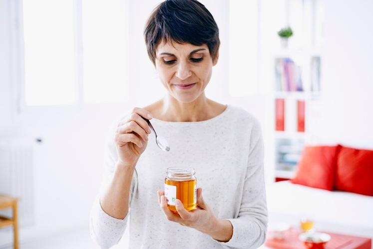 ŽLICA MEDU Kadar bi zvečer radi nekaj sladkega, je med najboljša izbira, saj lahko poskrbi za dober spanec. Med vsebuje …
