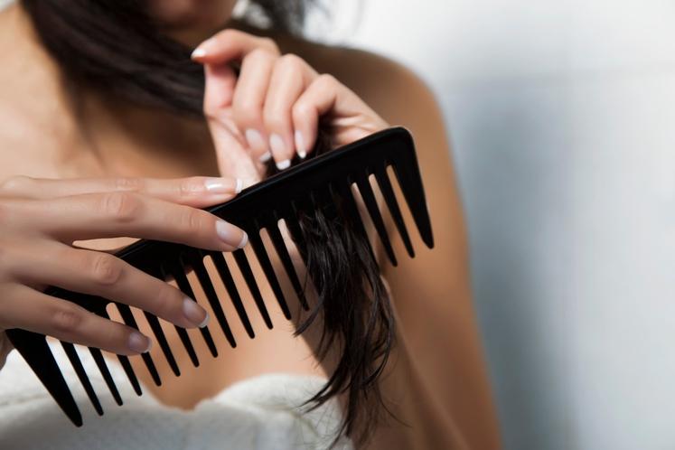 RAZČESAVANJE MOKRIH LAS Daljši lasje se še posebej radi zavozlajo, ko so mokri, zato je eden od prvih korakov takoj …