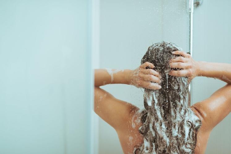 Umivanje las je razmeroma preprosta naloga in pri večini je videti zelo podobno: zmočite lase, vmasirate šampon, sperete, morda nanesete …