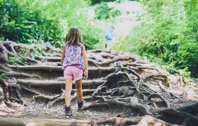 Ali vaš otrok dovolj časa preživi v naravi? Raziskava je pokazala ...