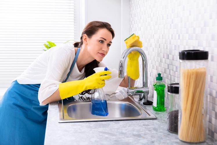 Koš za smeti? Pult? Tla? Vsekakor tudi to. Seveda je treba zagotoviti redno čiščenje celotne kuhinje. Pa tudi kuhinjske opreme …