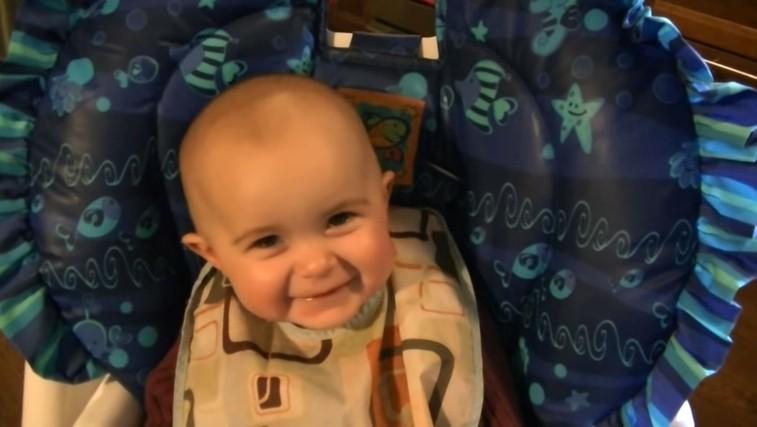 Stopili se boste, ko boste videli ta odziv 10-mesečne deklice na materino petje (VIDEO) (foto: YouTube PrtScr)