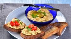 Recept za najboljši domači humus (+ namig, kako čisto preprosto tudi tahini naredite sami!)