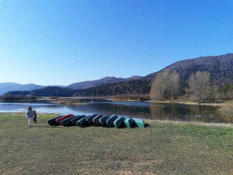 Izhodiščna točka za pohod je vas Dolenje jezero, ki se nahaja v neposredni bližini Cerknice