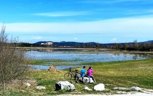 Družinski izlet s kolesom ali peš: tematska pot Drvošec z izjemnimi razgledi na Cerkniško jezero