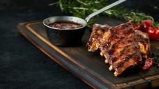 RECEPT: Počasi pečena svinjska rebrca s pečeno sredozemsko zelenjavo ter mlado špinačo z oljčnim oljem in limonovim sokom