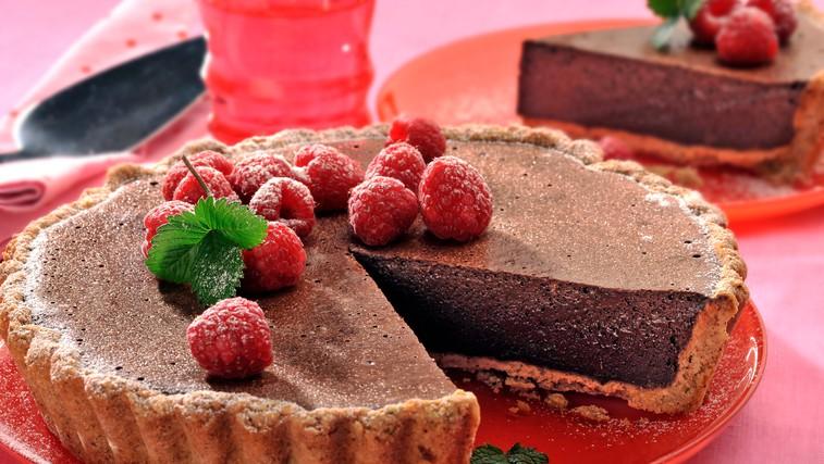 Kremna pita s temno čokolado in malinami (foto: profimedia)