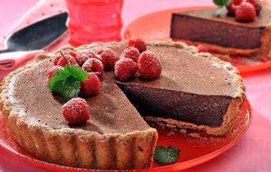 Kremna pita s temno čokolado in malinami