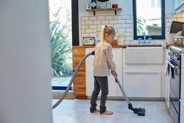 POMOČ PRI GOSPODINJSKIH OPRAVILIH Če je otrok že dovolj star, da lahko sam pripravi mizo, pospravi igrače ali naredi katero …