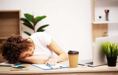 Kako okrevati po izgorelosti, da se čimprej spet postavite na noge?