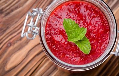 RECEPT: Slastna jagodna marmelada s chia semeni (3 sestavine, brez rafiniranega sladkorja in želatine)