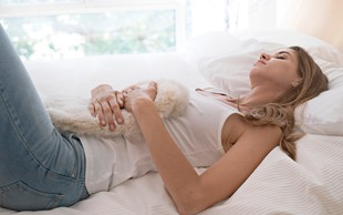 Ali alkohol lahko vpliva na PMS in menstruacijo?