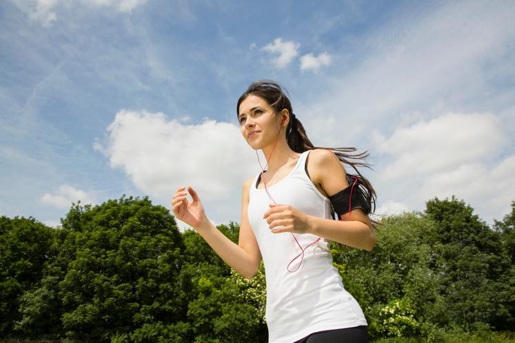 ROKE OPLETAJO PRI PRSNEM KOŠU Najboljša tehnika je, da se roke premikajo naprej in nazaj ob telesu (pokrčene v komolcu). …