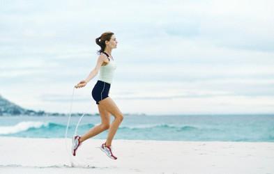5 vaj za hiter (a naporen!) trening, ki ga lahko naredite v parku ali na plaži