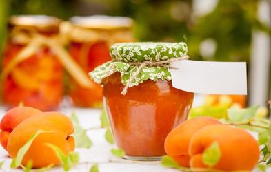 Poletje v kozarcu: domača marelična marmelada z vaniljo