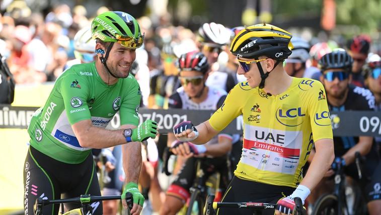 Tadej Pogačar in Mark Cavendish, zvezdnika letošnjega Toura, po nogometno zamenjala majici (foto: profimedia)