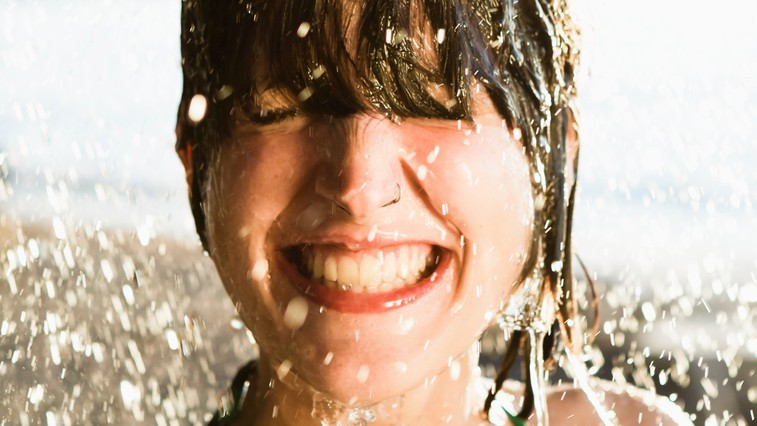 Poletna osvežitev obraza: uporabite ta trik za sijočo kožo (+ 3 dodatni recepti za boljši učinek) (foto: profimedia)