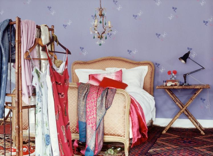 NAVLAKA Postelja je veliko več kot prostor za spanje: je tudi nadomestek za omaro, včasih se tam znajdejo otroške igrače, …