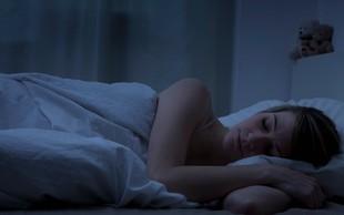 Tako preprost trik, ki poskrbi za boljši spanec – a tako pogosto spregledan