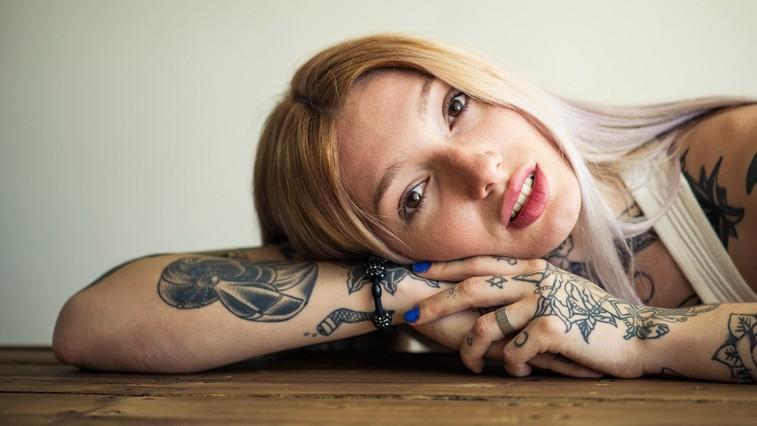 Tega nikakor ne bi smeli početi, ko si naredite tetovažo (foto: Profimedia)