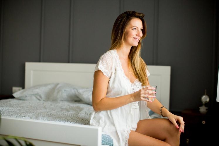 IZKORISTITE JUTRO Verjetno se tudi vi prebudite dehidrirani in bi lahko kar takoj spili vsaj dva kozarca tekočine. Izkoristite to …