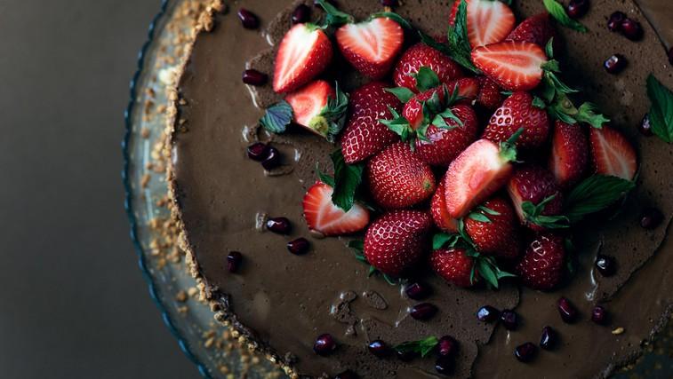 Recept za čokoholike: čokoladna torta z gozdnimi sadeži (brez pečenja in sladkorja) (foto: profimedia)