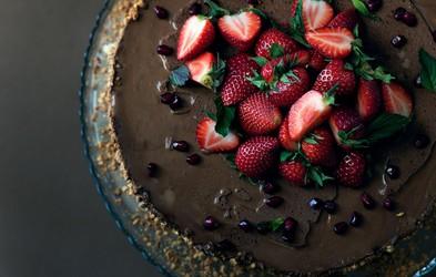 Recept za čokoholike: čokoladna torta z gozdnimi sadeži (brez pečenja in sladkorja)