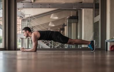 Krepimo trebušne mišice: Napaka, s katero si po nepotrebnem otežujete vajo deska