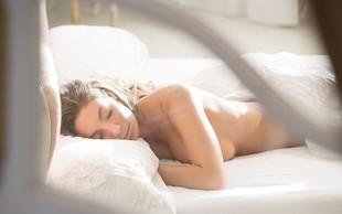 Zdravnik pravi, da ne smemo spati popolnoma goli – in razlog je precej neokusen.