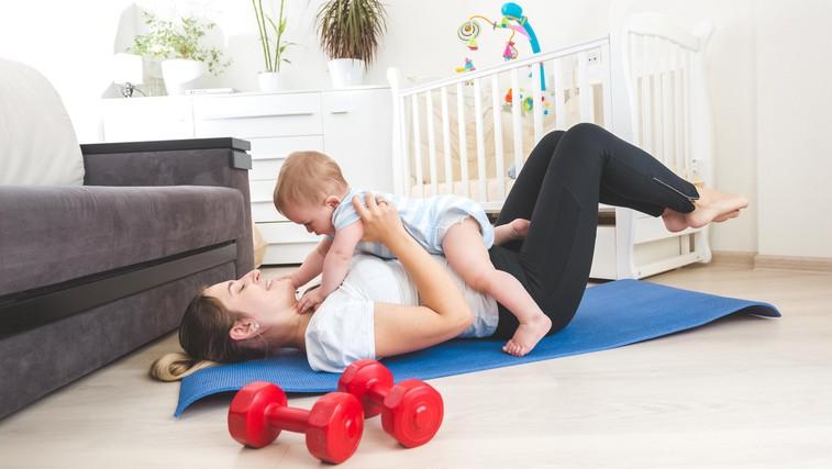 Poporodna vadba za mamice z dojenčki: zakaj si vzeti čas zanjo in katere vaje lahko mamica izvaja? (svetuje trenerka Tjaša) (foto: profimedia)