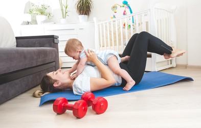 Poporodna vadba za mamice z dojenčki: zakaj si vzeti čas zanjo in katere vaje lahko mamica izvaja? (svetuje trenerka Tjaša)