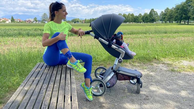Poporodna vadba: 2 vaji, ki ju lahko naredite na tleh ob dojenčku (svetuje trenerka Tjaša) (foto: Tjaša (Aktivni z mano))