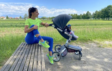 Poporodna vadba: 2 vaji, ki ju lahko naredite na tleh ob dojenčku (svetuje trenerka Tjaša)