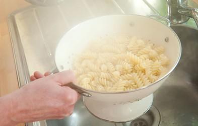 Zato vode, v kateri so se kuhale testenine, ne bi smeli zlivati v odtok!