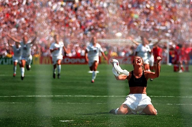 Brandi Chastain Torej, izbrali smo 8 ikoničnih športnih fotografij. Začenjamo s popolnim veseljem: Brandi Chastain ob odločilni zadeti enajstmetrovki v …
