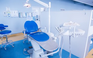 """Zobozdravstvo med epidemijo: """"Bolečina v zobu ni urgentno stanje, saj ne predstavlja smrtne nevarnosti!"""""""