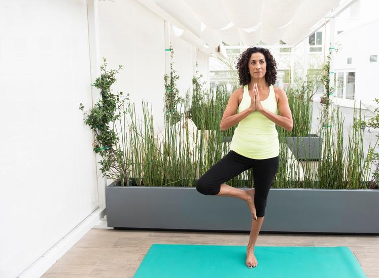 DREVO Poleg ravnotežja in koncentracije boste krepili tudi mišice nog in trebuha. Naredite tako: - Postavite se s stopali skupaj, …