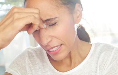 Ali imate glavobole? TA tip glavobola predstavlja večje tveganje za možgansko kap!