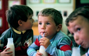 5 simptomov alergije na mleko (in kako se razlikuje od laktozne intolerance)
